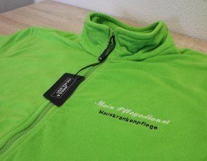 Grüne Fleecejacke bestickt mit Logo